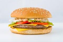 Hamburguesa grande sabrosa con las verduras queso y carne Imagen de archivo libre de regalías