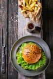 Hamburguesa hecha en casa con las patatas fritas Fotos de archivo libres de regalías