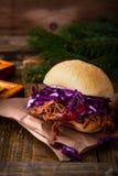 Hamburguesa hecha en casa de la carne de vaca del Bbq con el slaw crujiente de la col roja Foto de archivo libre de regalías