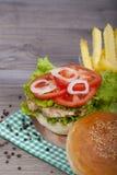 Hamburguesa hecha en casa deliciosa con el pollo Fotos de archivo libres de regalías