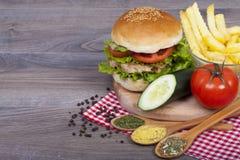Hamburguesa hecha en casa deliciosa con el pollo Imagen de archivo libre de regalías