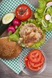 Hamburguesa hecha en casa deliciosa con el pollo Foto de archivo