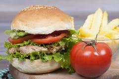 Hamburguesa hecha en casa deliciosa con el pollo Fotografía de archivo
