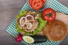 Hamburguesa hecha en casa deliciosa con la ensalada fresca Fotografía de archivo libre de regalías