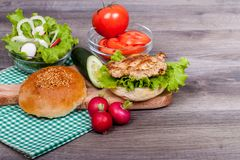 Hamburguesa hecha en casa deliciosa con la ensalada fresca Imagen de archivo