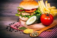 Hamburguesa hecha en casa deliciosa con la ensalada fresca Foto de archivo libre de regalías