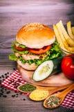 Hamburguesa hecha en casa deliciosa con la ensalada fresca Fotos de archivo