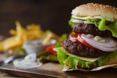 Hamburguesa hecha en casa, patatas fritas, patatas fritas, sistema de los alimentos de preparación rápida Foto de archivo