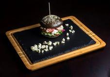 Hamburguesa negra hecha de la carne de vaca, con dor-blu-2 Fotografía de archivo