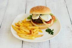 Hamburguesa, patatas fritas, alimentos de preparación rápida Foto de archivo