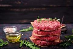 Hamburguesa picadita hecha en casa cruda fresca del filete de carne de vaca con las especias foto de archivo