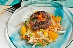 Hamburguesa picante orgánica del cordero con la dieta anaranjada de Paleo del slaw- de la hierba fotografía de archivo