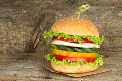 Hamburguesa sana del vegano con las verduras crudas imagen de archivo libre de regalías