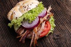 Hamburguesa tirada del cerdo con el tomate de la ensalada de col, la cebolla y el pan fresco Imagenes de archivo