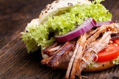 Hamburguesa tirada del cerdo con el tomate de la ensalada de col, la cebolla y el pan fresco Fotos de archivo libres de regalías