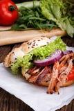 Hamburguesa tirada del cerdo con el tomate de la ensalada de col, la cebolla y el pan fresco Fotos de archivo