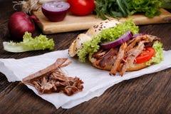 Hamburguesa tirada del cerdo con el tomate de la ensalada de col, la cebolla y el pan fresco Fotografía de archivo