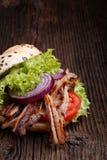 Hamburguesa tirada del cerdo con el tomate de la ensalada de col, la cebolla y el pan fresco Imagen de archivo