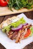 Hamburguesa tirada del cerdo con el tomate de la ensalada de col, la cebolla y el pan fresco Foto de archivo libre de regalías