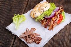 Hamburguesa tirada del cerdo con el tomate de la ensalada de col, la cebolla y el pan fresco Fotografía de archivo libre de regalías