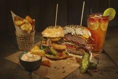 Hamburguesa tradicional, patatas fritas Fotos de archivo libres de regalías