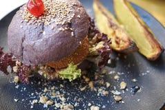 Hamburguesa vegetariana con las patatas fotografía de archivo libre de regalías