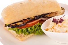 Hamburguesa vegetariana del vegano delicioso con la berenjena asada a la parrilla Fotos de archivo libres de regalías