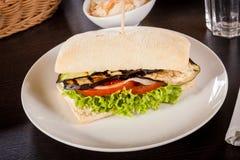 Hamburguesa vegetariana del vegano delicioso con la berenjena asada a la parrilla fotografía de archivo