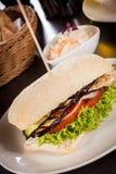 Hamburguesa vegetariana del vegano delicioso con la berenjena asada a la parrilla foto de archivo libre de regalías