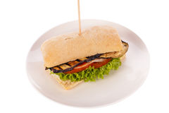 Hamburguesa vegetariana del vegano delicioso con la berenjena asada a la parrilla fotos de archivo
