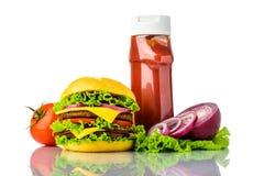 Hamburguesa, verduras y salsa de tomate Imágenes de archivo libres de regalías