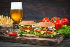 Hamburguesa y cerveza ligera en un fondo del pub foto de archivo libre de regalías