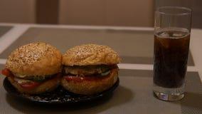 Hamburguesa Hamburguesa y cola Hielo de colada en cola o soda Alimentos de preparación rápida Junk Food almacen de metraje de vídeo