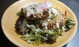 Hamburguesa y ensalada de la quinoa Imagenes de archivo