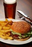 Hamburguesa y fritadas en un Pub Foto de archivo libre de regalías