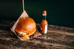 Hamburguesa y patata asadas a la parrilla en la tabla, primer Fotografía de archivo