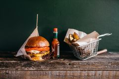 Hamburguesa y patata asadas a la parrilla en la tabla, primer Imagen de archivo