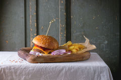 Hamburguesa y patatas imagenes de archivo