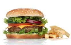 Hamburguesa y patatas fritas sabrosas Fotos de archivo libres de regalías