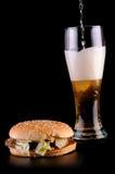 Hamburguesa y vidrio de cerveza Fotografía de archivo