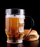 Hamburguesa y vidrio de cerveza Fotografía de archivo libre de regalías