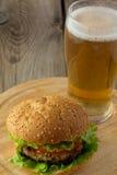 Hamburguesa y vidrio de cerveza Fotos de archivo