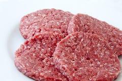 Hamburguesas crudas de la carne de vaca Imágenes de archivo libres de regalías