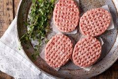 Hamburguesas crudas de la carne picadita imagen de archivo libre de regalías