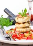 Hamburguesas de la parrilla y salsa del tomate Foto de archivo libre de regalías