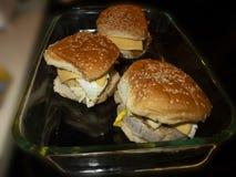 Hamburguesas del queso en una bandeja fotografía de archivo libre de regalías