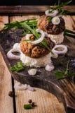 Hamburguesas del tablero en el pan con la cebolla imagen de archivo libre de regalías