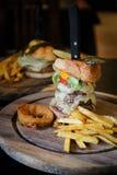 hamburguesas deliciosas frescas con la carne de vaca, tomate, burg sabroso grande del queso fotografía de archivo libre de regalías
