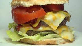 Hamburguesas, hamburguesas, alimentos de preparación rápida almacen de metraje de vídeo
