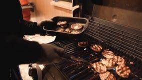 Hamburguesas que cocinan en parrilla del gas fotos de archivo libres de regalías